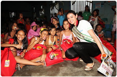 300 children living in the slums of Tondo receive Christmas gifts from PAGCOR