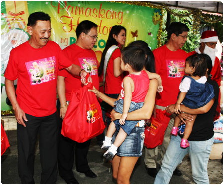 PAGCOR brings Christmas cheer to 300 indigent kids and mothers under La Proteccion dela Infancia