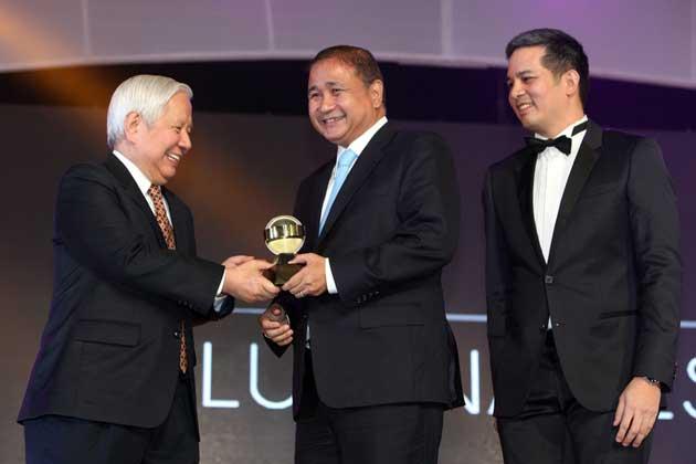 PAGCOR Chief receives Meralco's 2013 Special Luminary Award