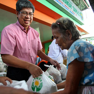 PAGCOR distributes relief goods to 10,000 families affected by Habagat