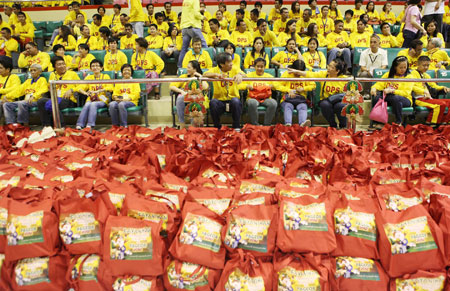 Pamaskong Handog 2012 - Day 20 (PNOY and PAGCOR give grand Christmas party to thousands of street sweepers in Metro Manila)