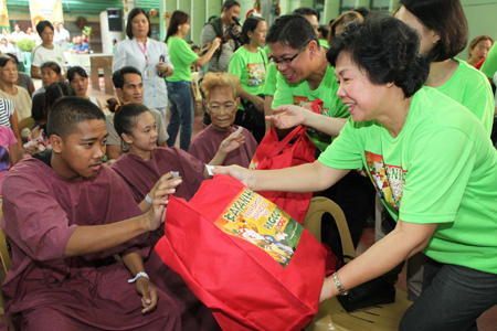 Pamaskong Handog 2012 - Day 20 (PAGCOR spruces up Tondo Medical Center and reaches out to the hospital's indigent patients)