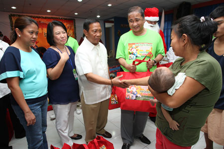 Pamaskong Handog 2012 - Day 20 (VP Binay joins PAGCOR in Christmas gift-giving activity for the less privileged patients of the National Children's Hospital)